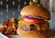 Burger-at-Cut432-Delray-Beach